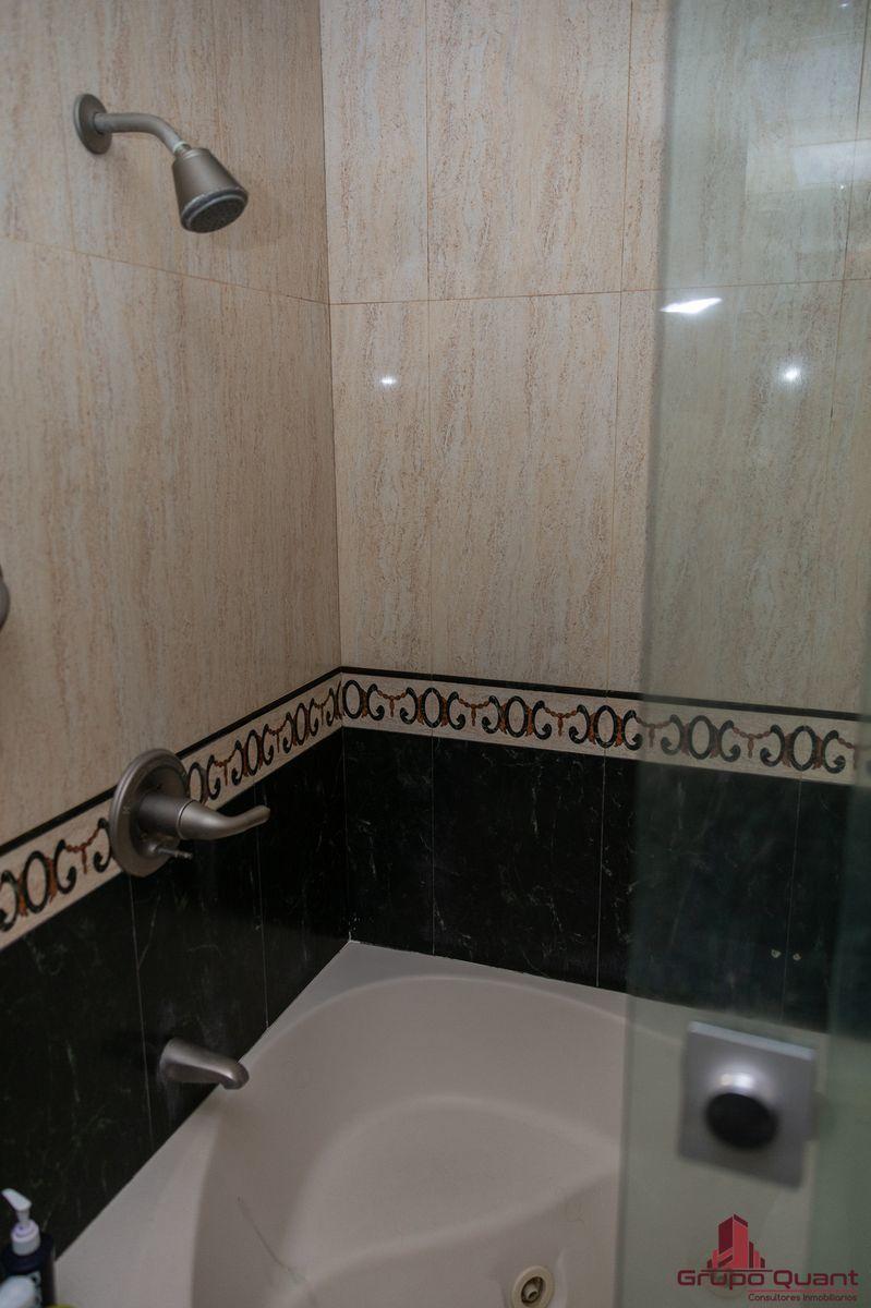 22 de 50: Baño de recámara principal