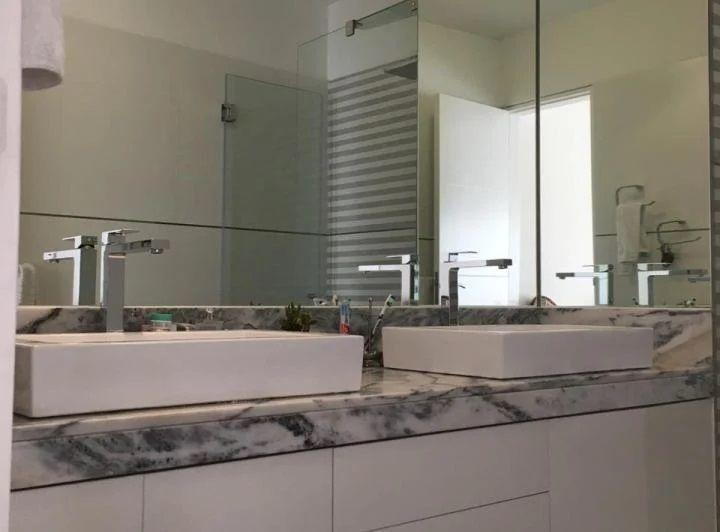 23 de 28: Baño principal en mármol con dos ovalines
