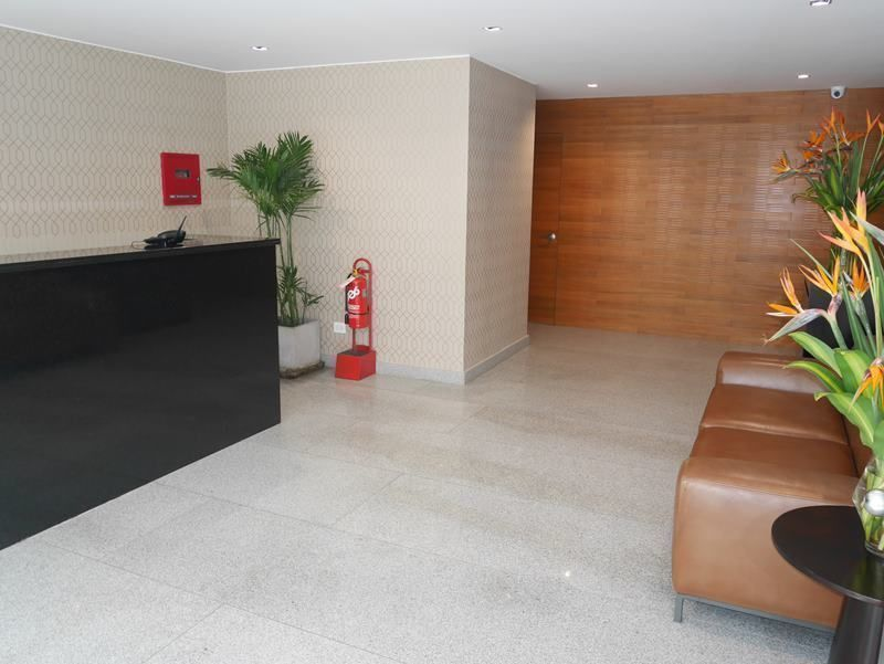 9 de 28: Lobby del edificio con finos acabados