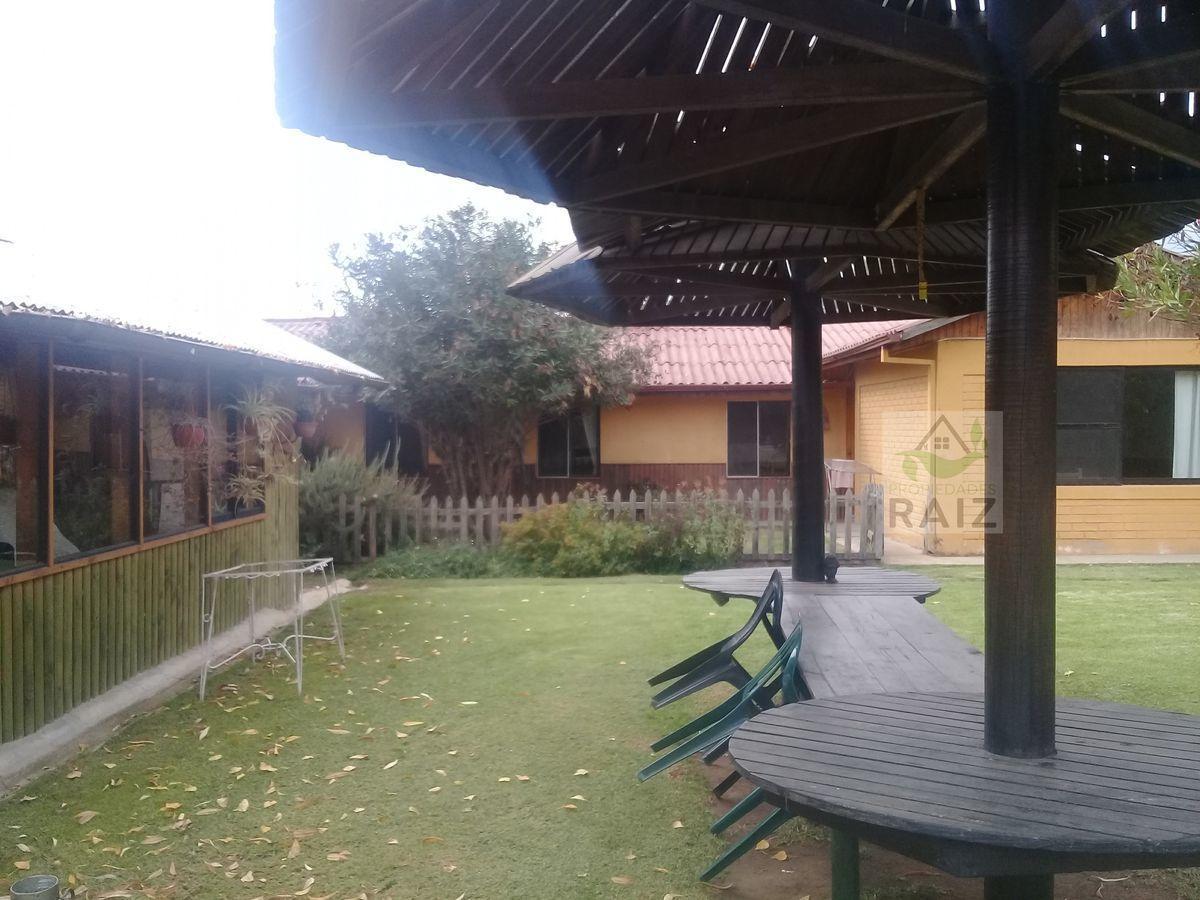 22 de 40: patio, a la izquierda el quincho, a fondo la casa.