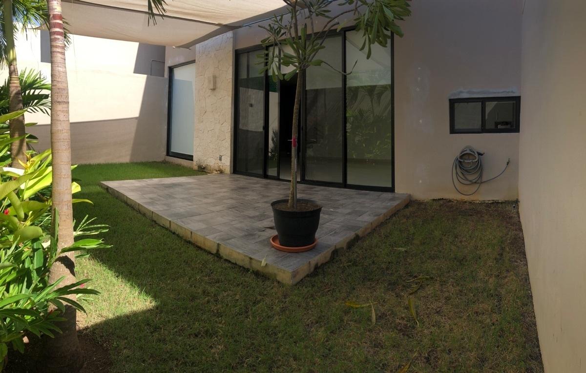 5 of 19: Patio con terraza y sombra