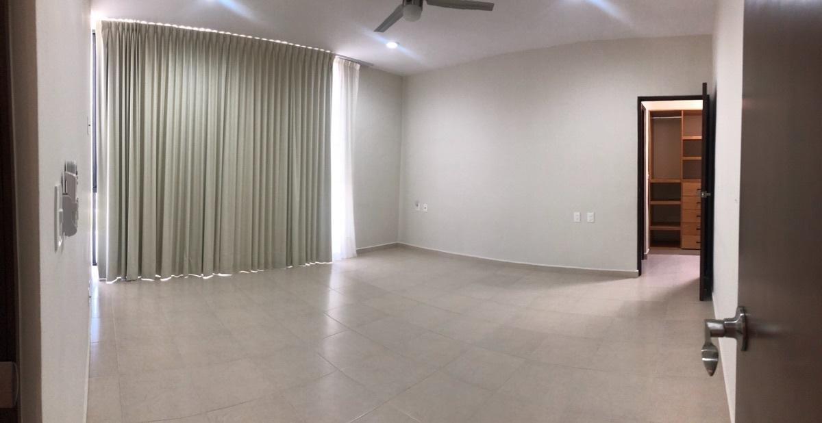 12 of 19: Recámara principal con cortinas