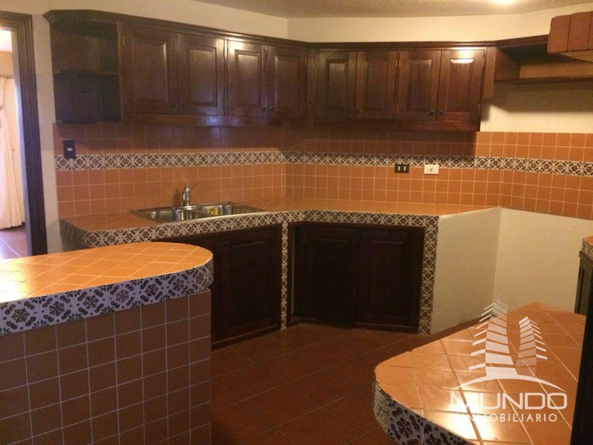 1 de 12: Cocina con detalles coloniales y gabinetes en madera