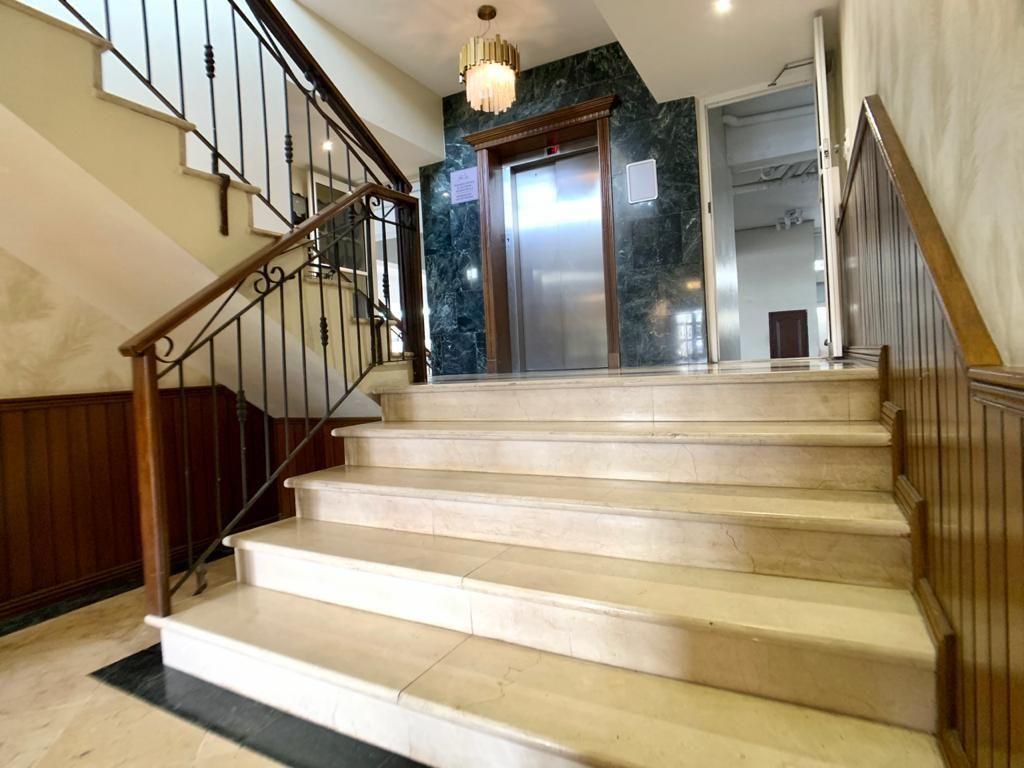 12 de 14: Escalera y ascensor
