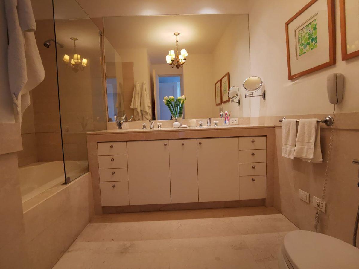 27 de 31: Elegante baño principal en mármol con tina