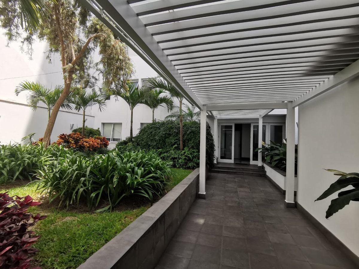 28 de 31: Precioso Camino jardín interior que conduce al ascensor ppal
