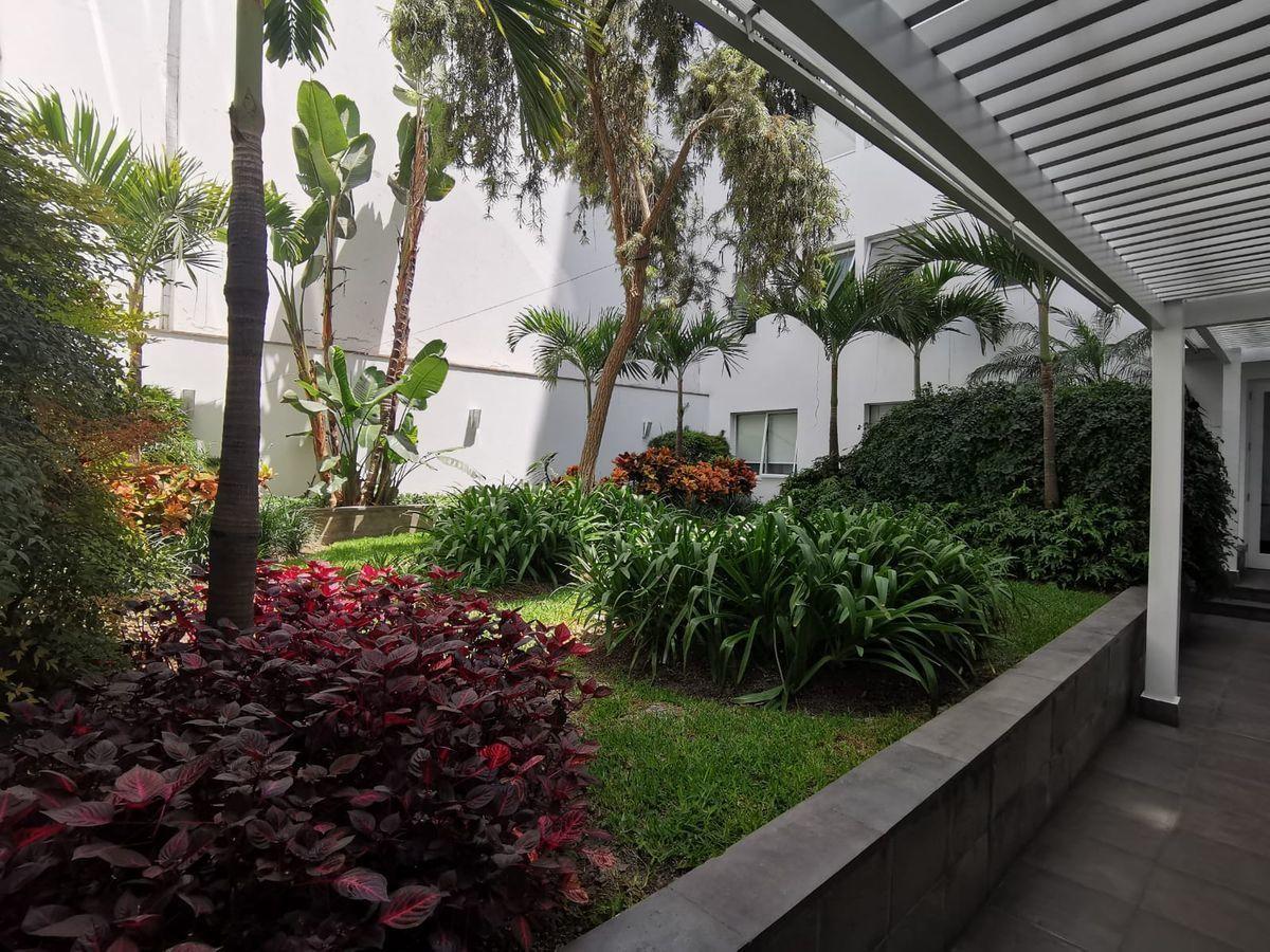 29 de 31: Precioso Camino jardín interior que conduce al ascensor ppal