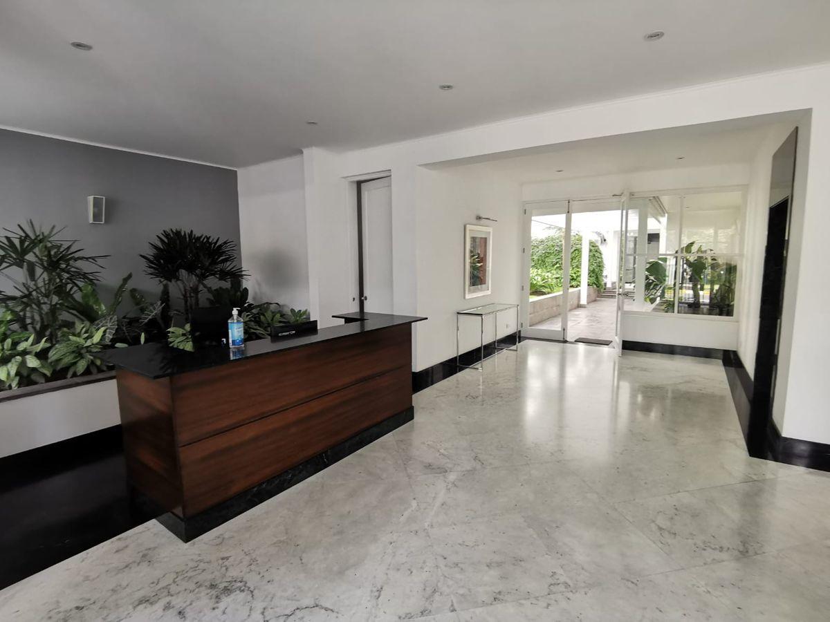7 de 31: Elegante lobby con acabados en mármol y vista a jardín