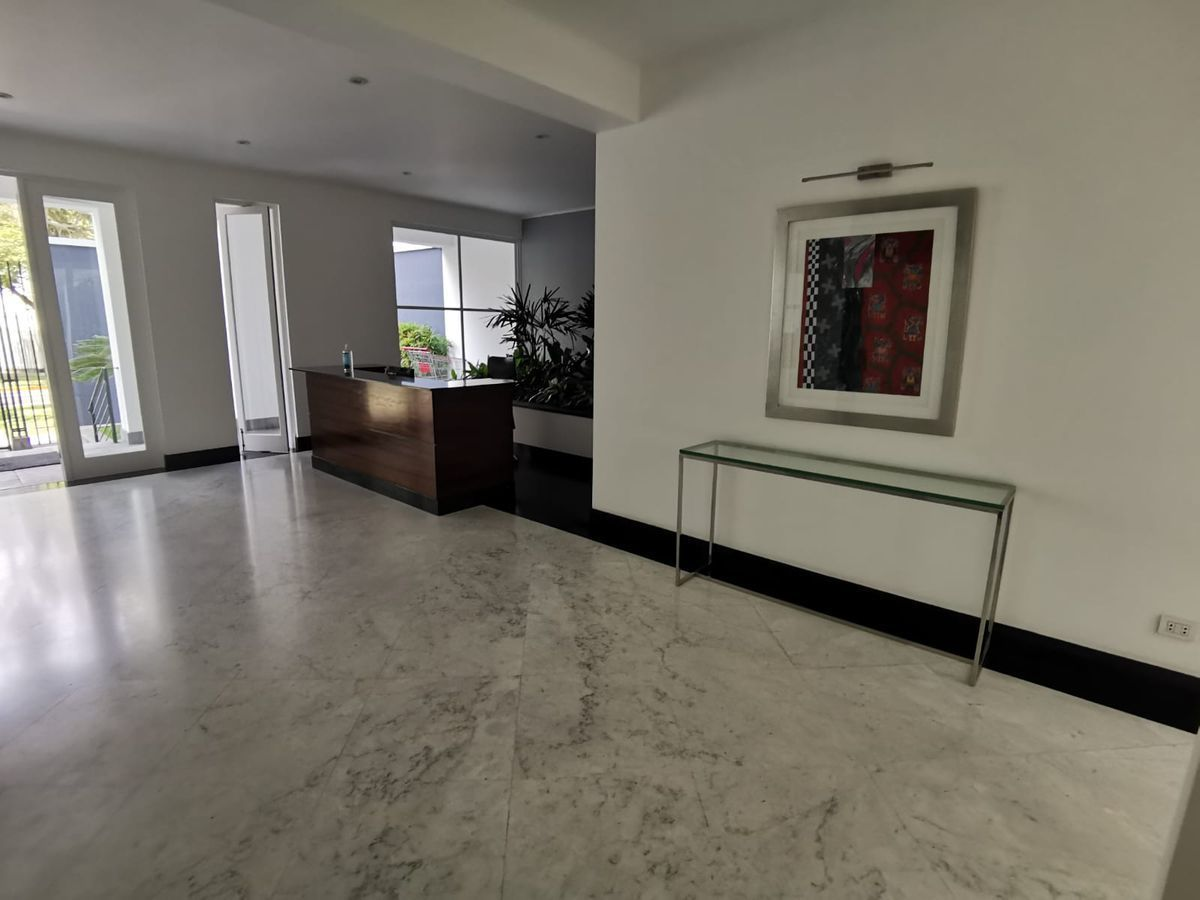 8 de 31: Elegante lobby con acabados en mármol y vista a jardín