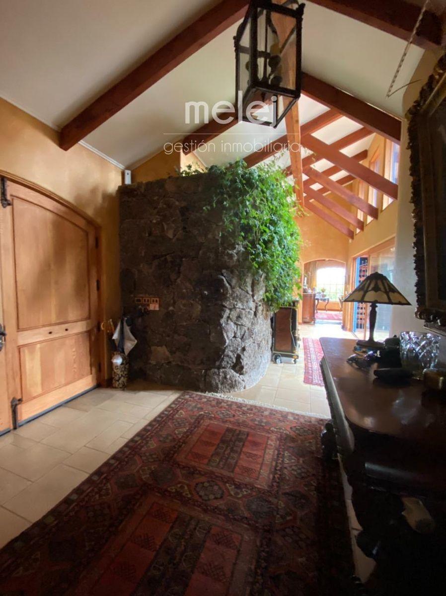 2 de 29: Hall de entrada con doble puerta de pino oregón