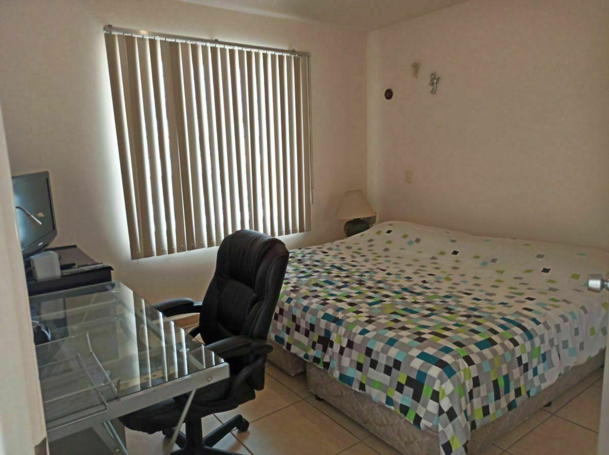 8 de 18: Habitacion Principal con cama King zise y escritorio
