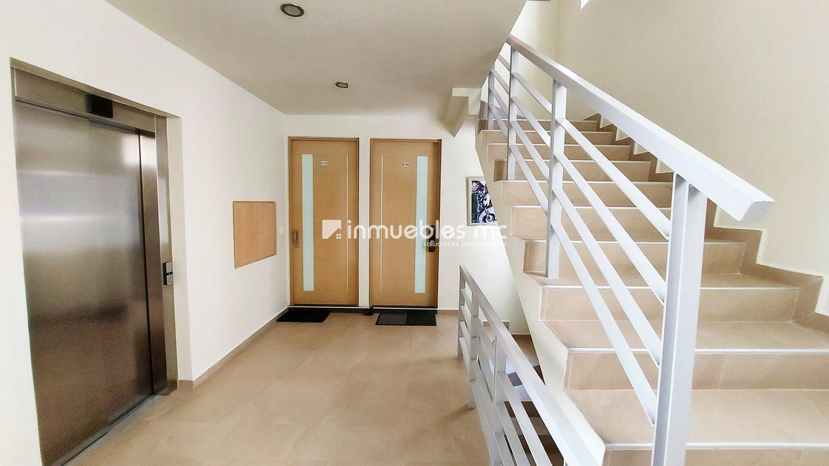 20 de 23: Acceso al departamento: Elevador / Escaleras