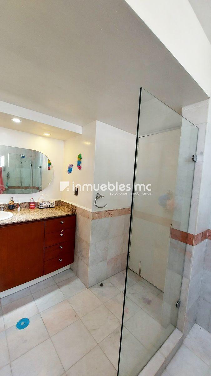 35 de 38: baño completo acceso a dos habitaciones