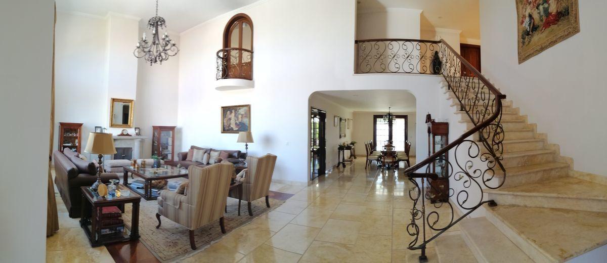 2 de 50: casa interlomas Escaleras y estancia