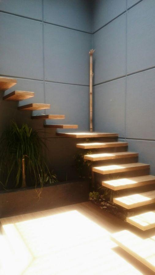 3 de 8: Escalera de arquitectura moderna