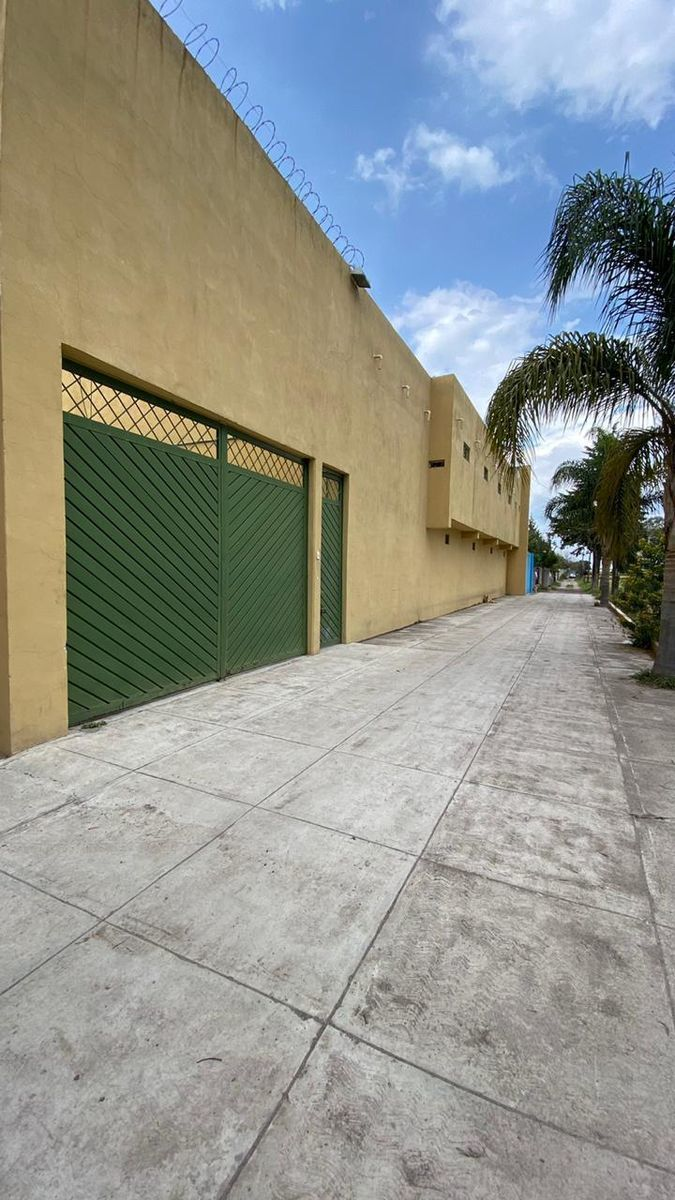 1 de 13: Entrada principal, vista desde la calle.