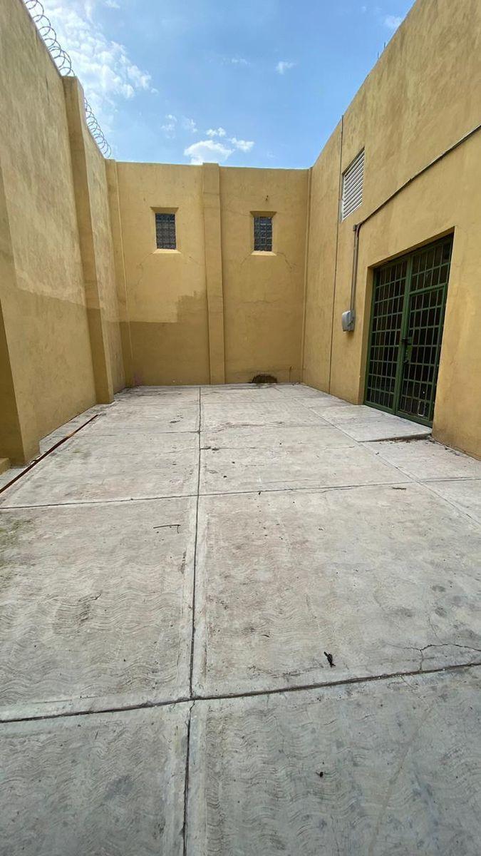 2 de 13: Estacionamiento o patio interior.