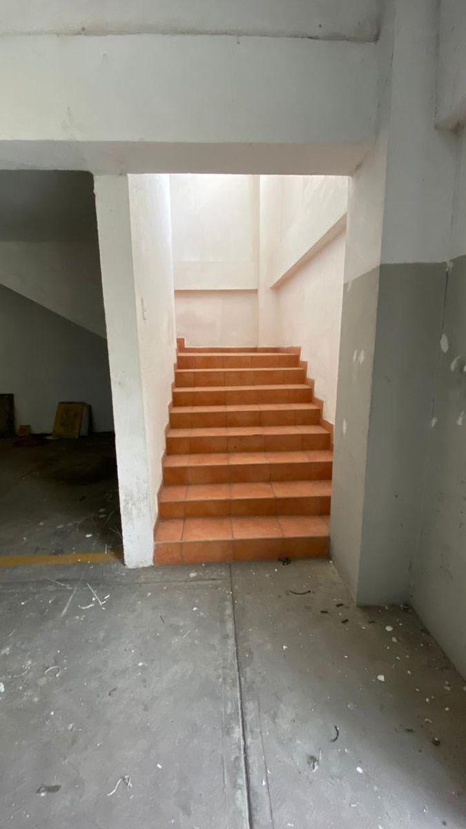 10 de 13: Vista de escaleras hacia las oficinas.