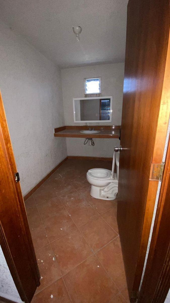 13 de 13: Baño del área de oficinas.