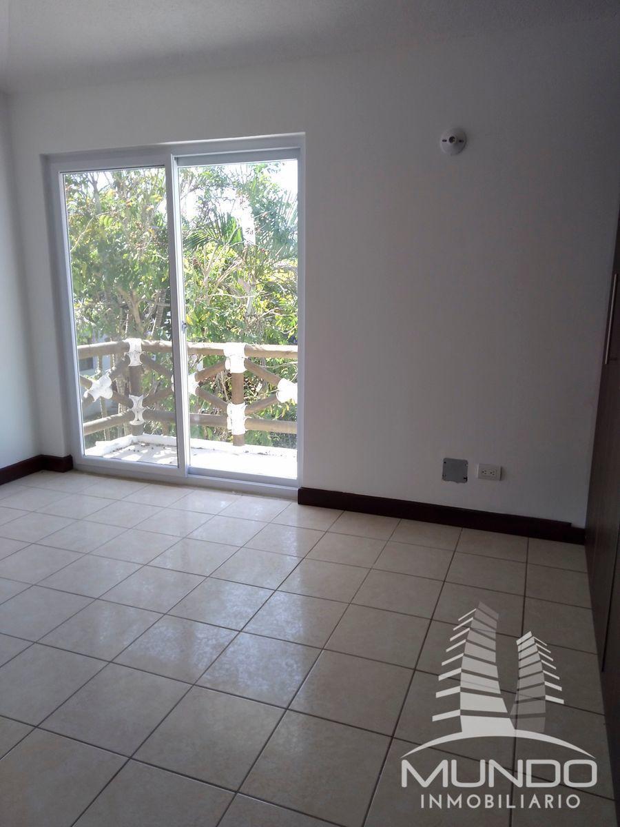 12 de 26: Habitación principal con balcon, closet y baño