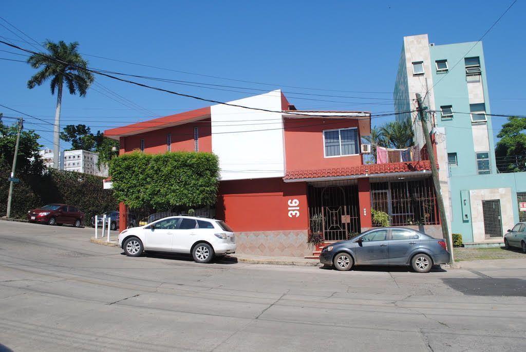 2 de 22: Fachada con Frente  a calle Lamberto Castellanos de 15 m