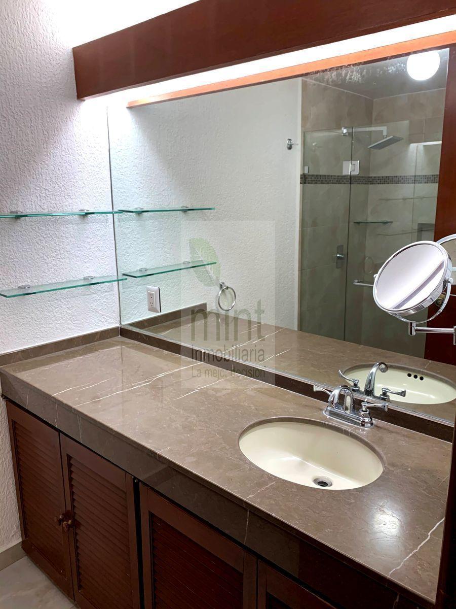 8 de 27: Baño Completo Recámara Principal Cubierta de Mármol Natural