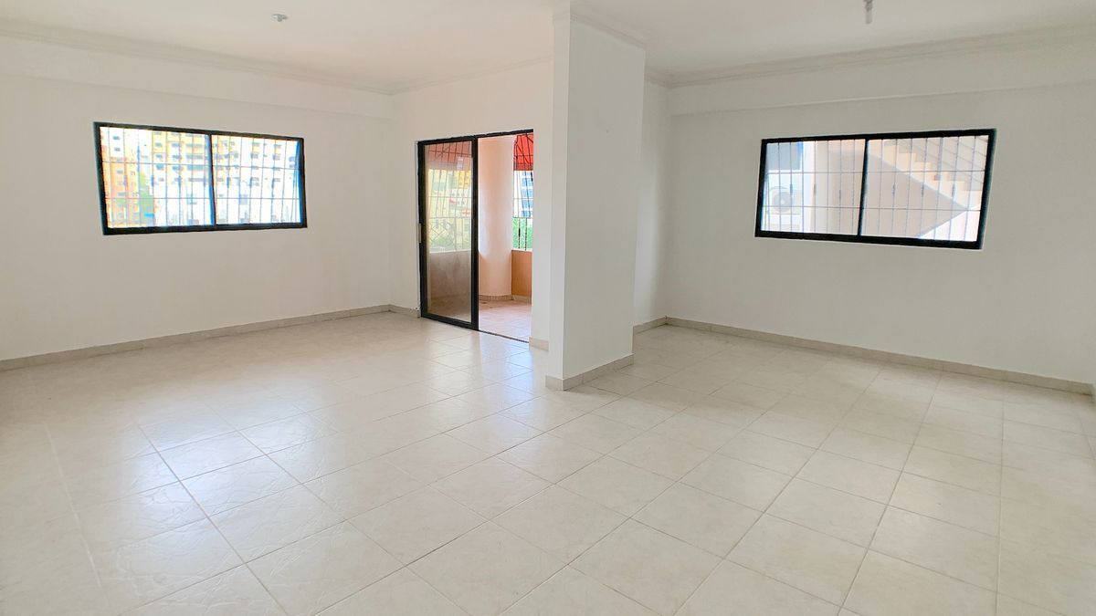 2 de 18: Amplia área abierta para sala-estar y comedor.