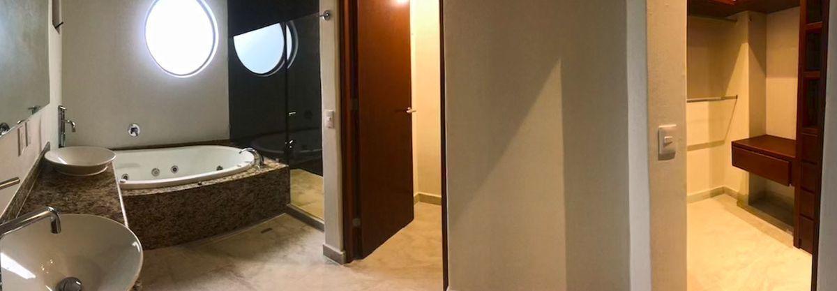 13 of 18: baño principal con tina, regadera y closet-vestidor