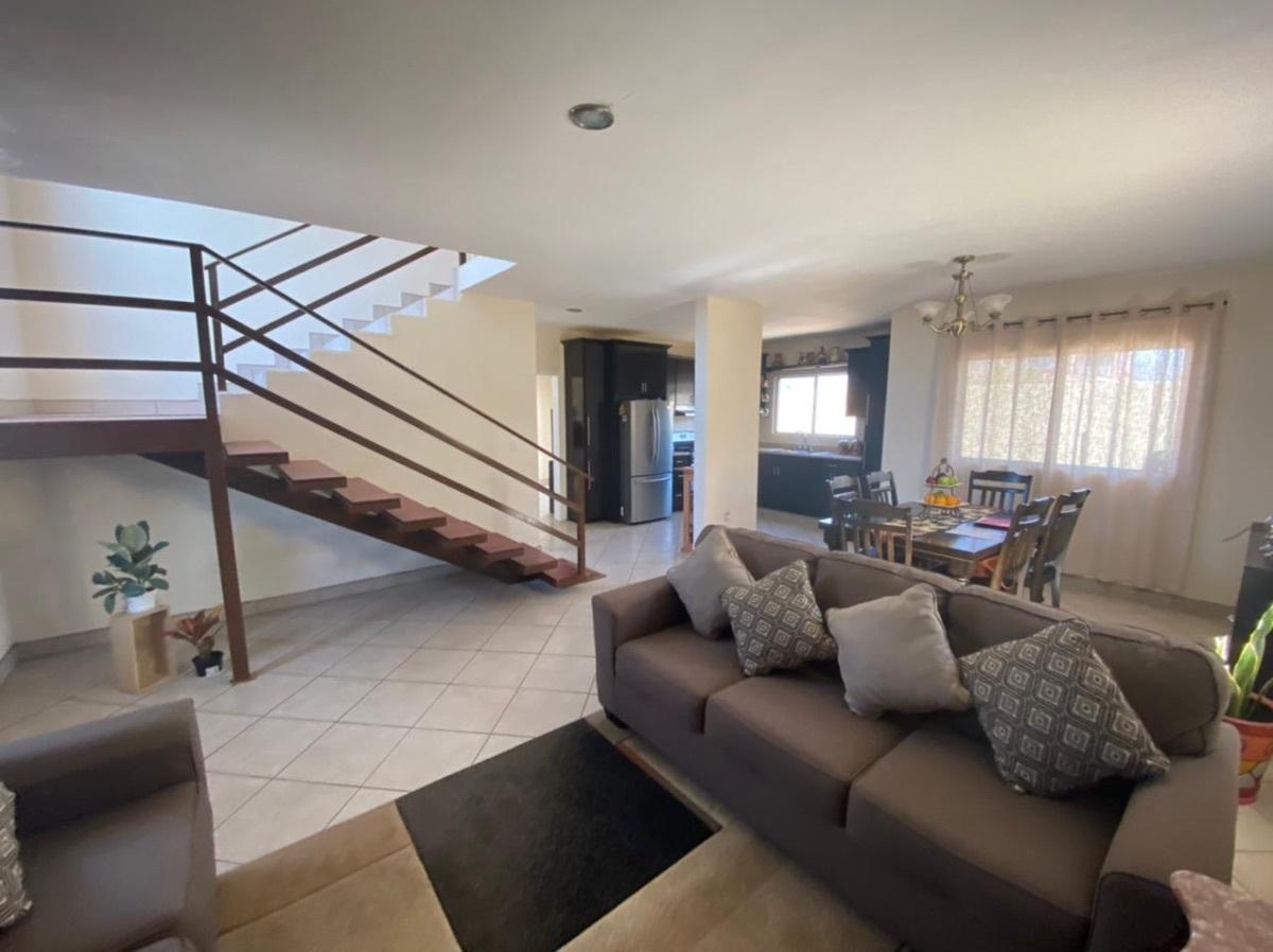 7 de 35: vista a Area abierta de sala, comedor, cocina y escaleras