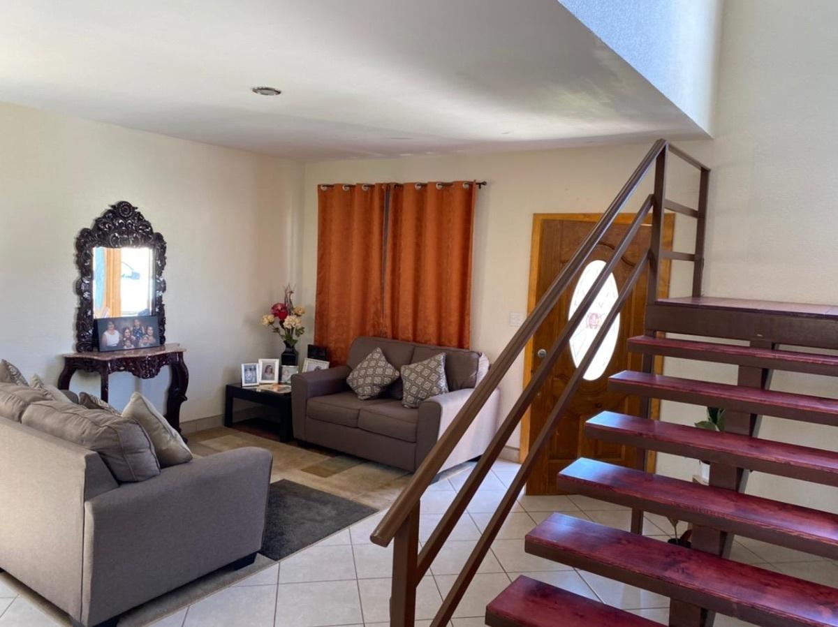 9 de 35: Vista de sala y escaleras