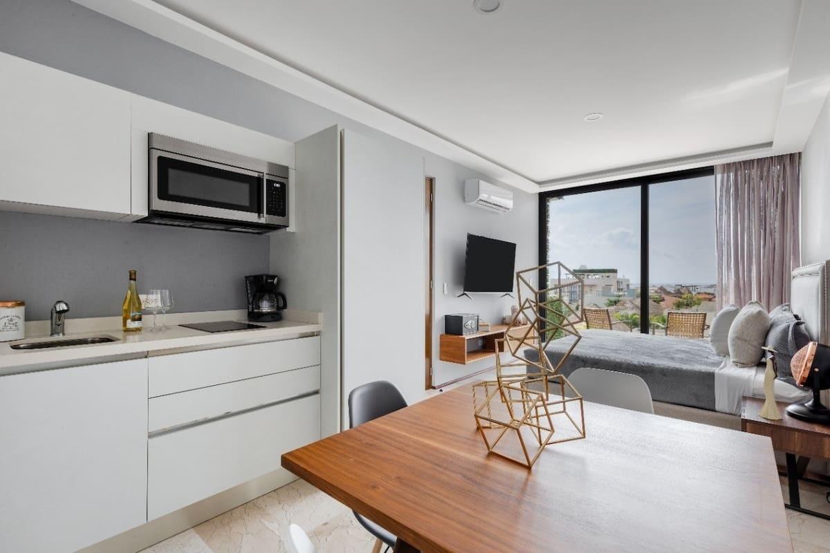 4 de 33: Habitación 1 con cocina, baño y closet independiente.