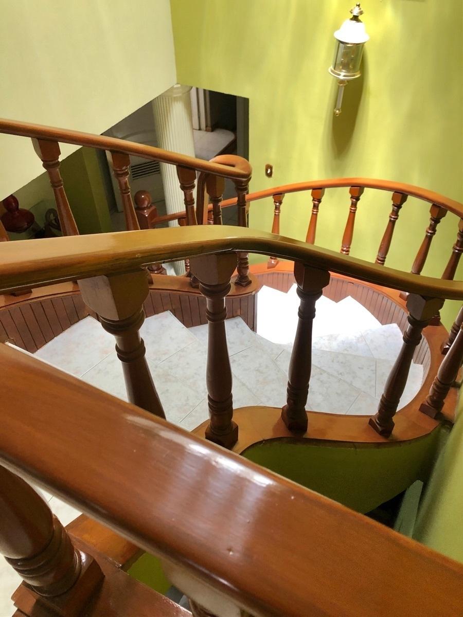 13 de 26: Preciosa escalera de caoba