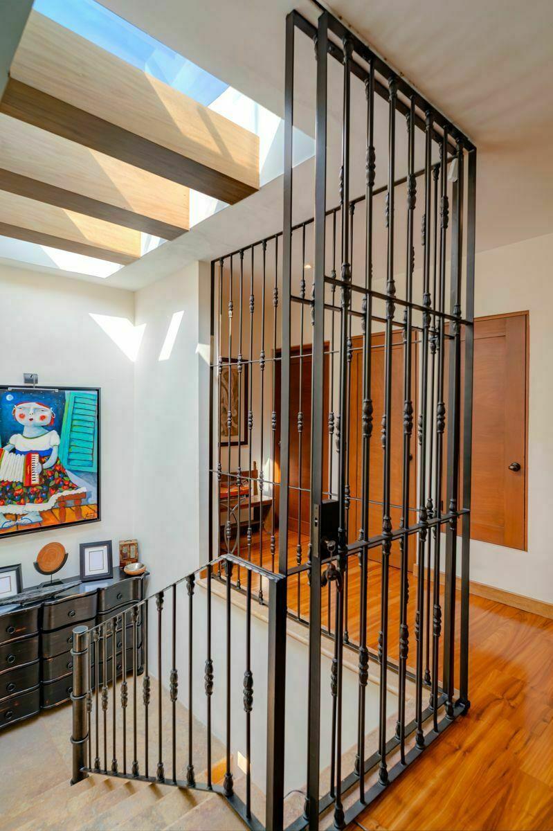 7 de 13: Área de escaleras con tragaluz en la parte de arriba