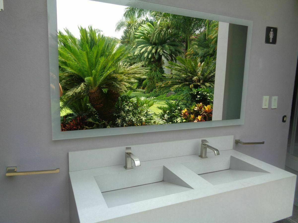12 de 42: Reflejo en el espejo de del jardín en el baño de la alberca