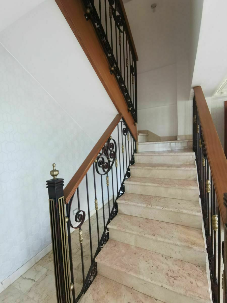 6 de 35: Escalera al segundo nivel