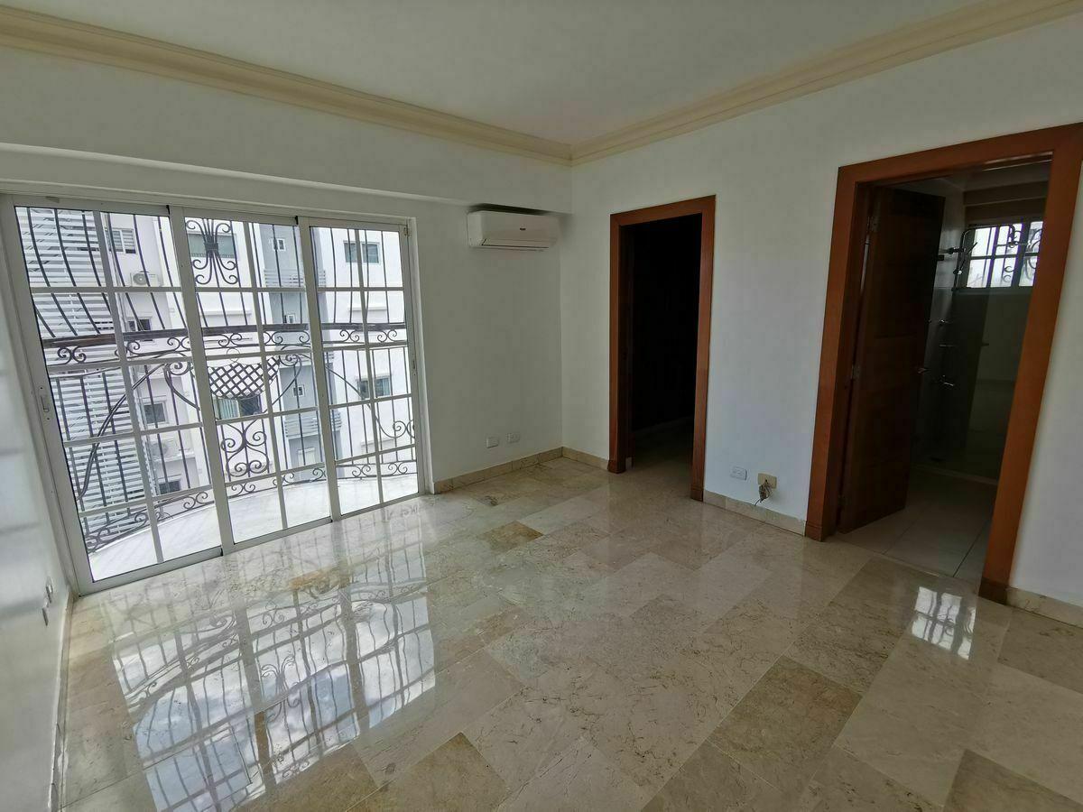4 de 35: Habitacion en 1er nivel con su baño y walkin closet