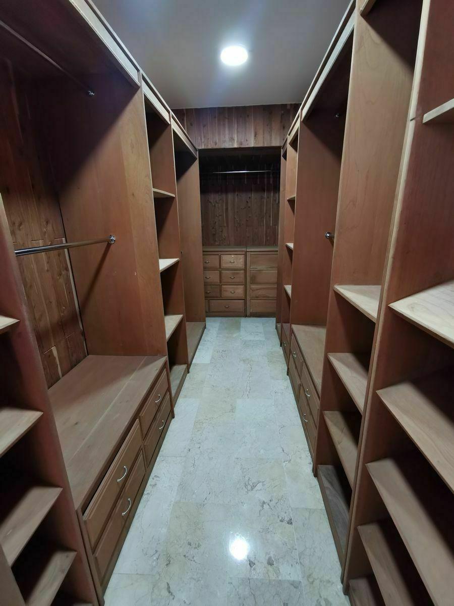 27 de 35: walkin closet habitacion principal