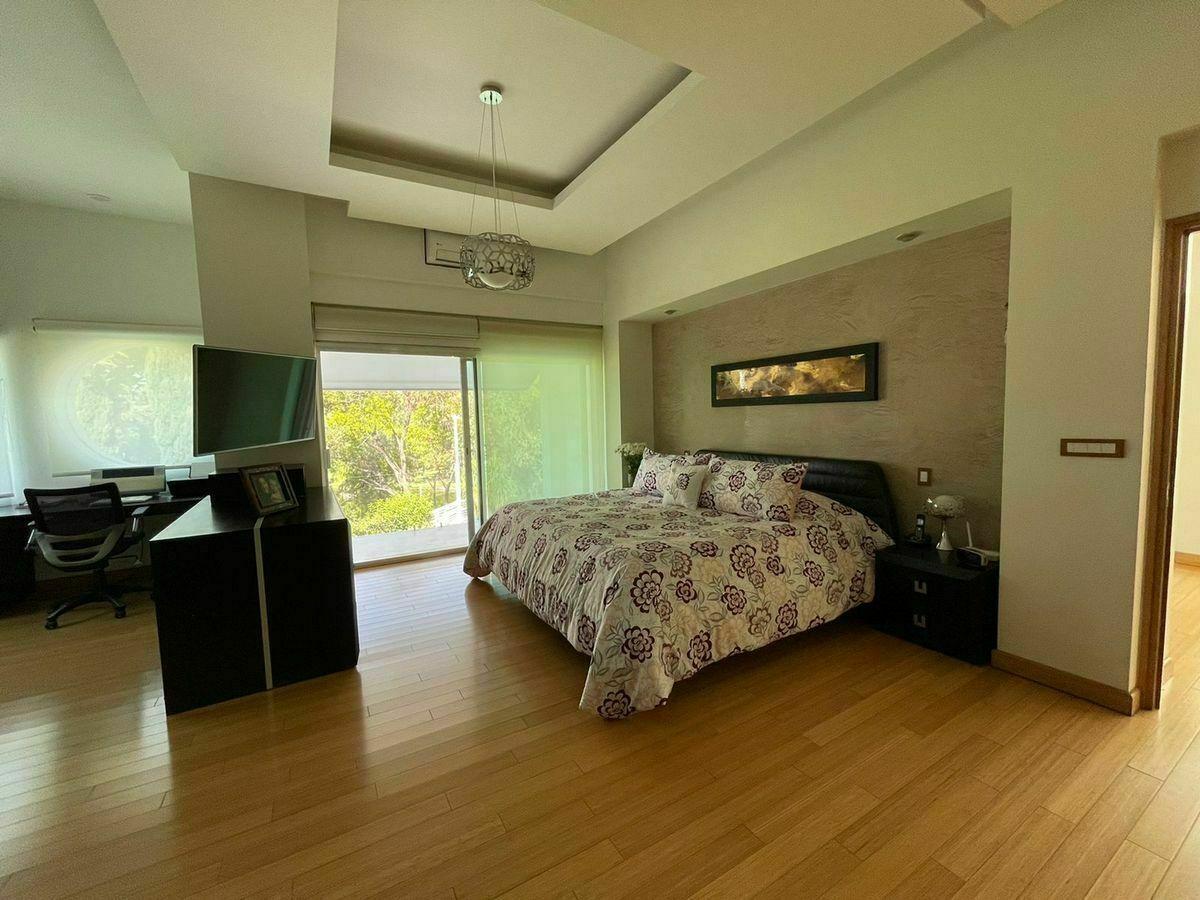 25 de 51: Area de dormitorio con salida a balcon
