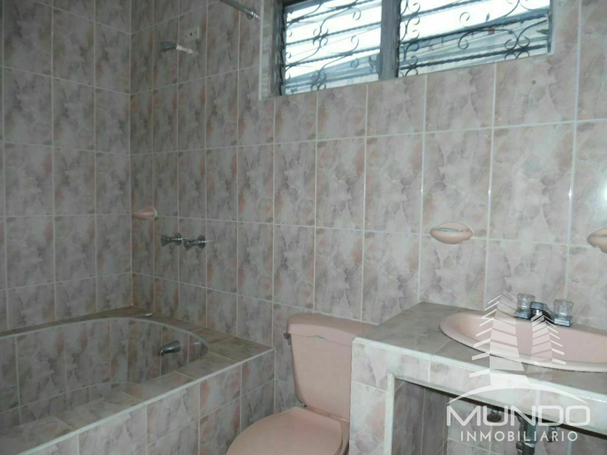 15 de 16: Baño con tina en el segundo nivel