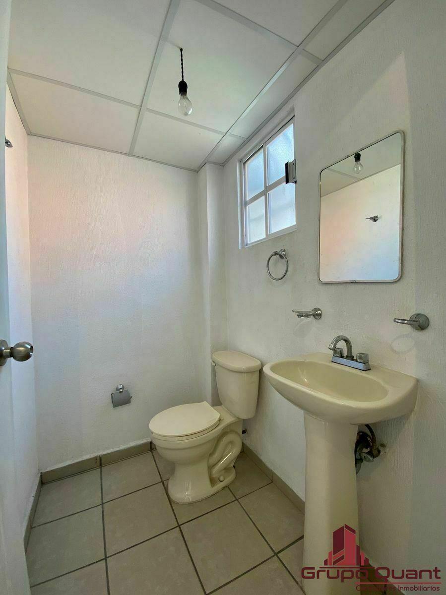 9 de 29: Baño de visitas en PB