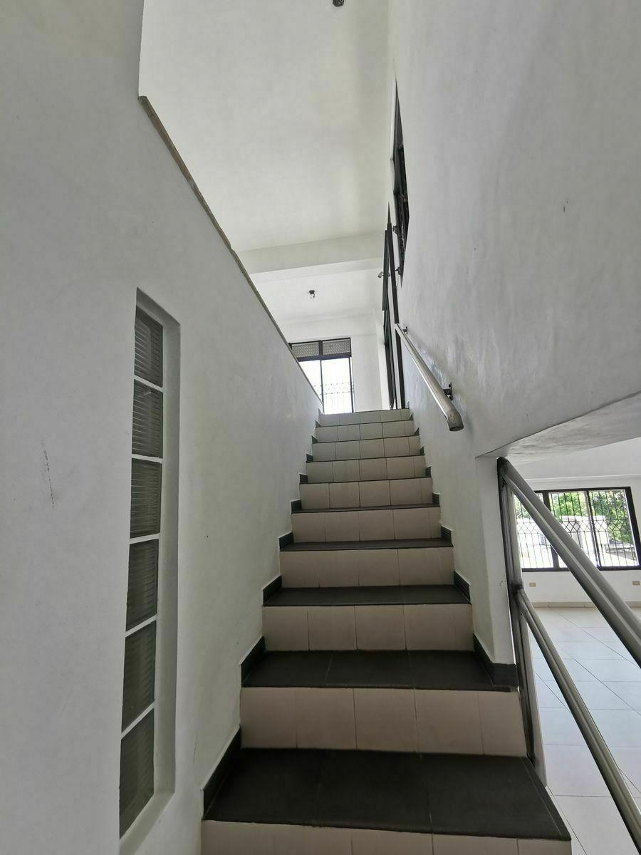 20 de 25: escalera del 4to al 5to nivel