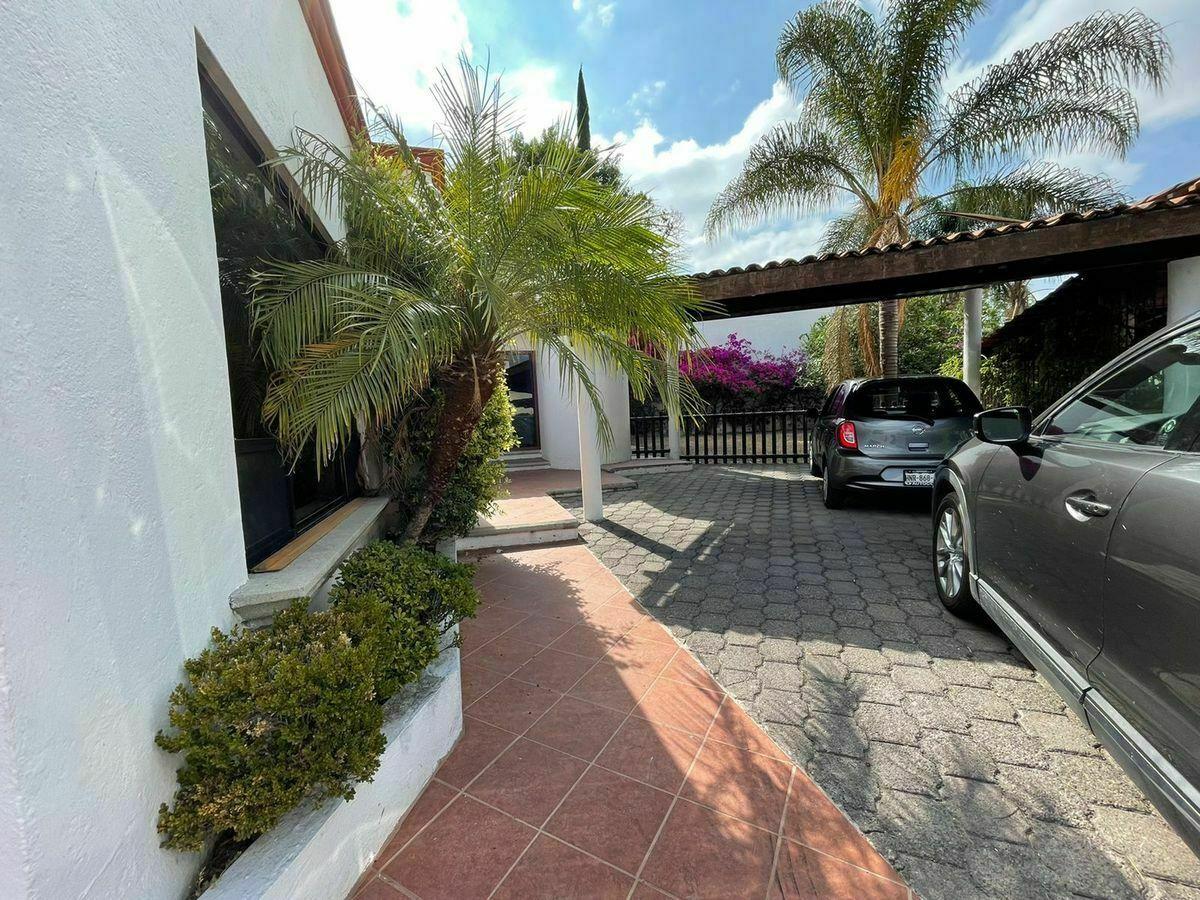 3 de 29: Estacionamiento y entrada a la casa