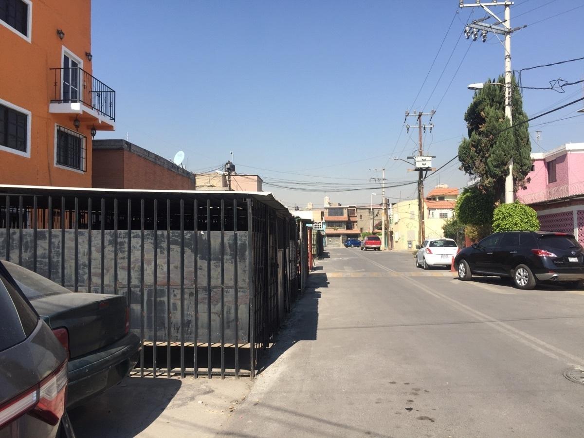 28 de 30: estacionamiento al exterior en calle
