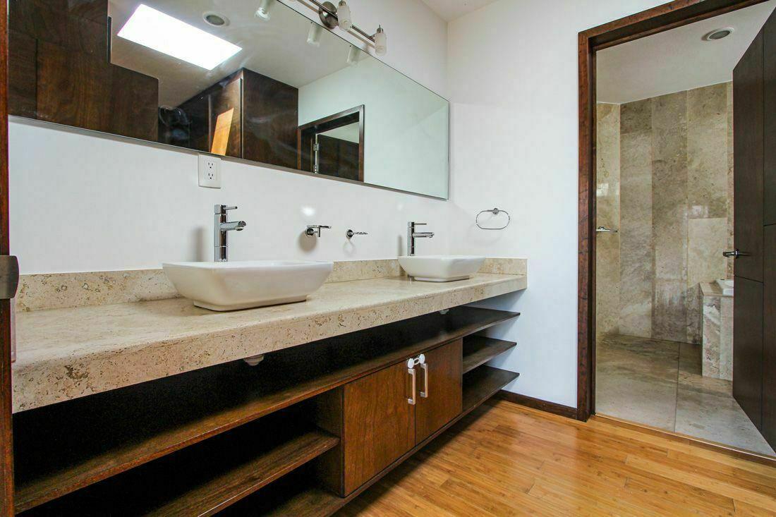 21 de 22: Doble lavabo en baño principal.