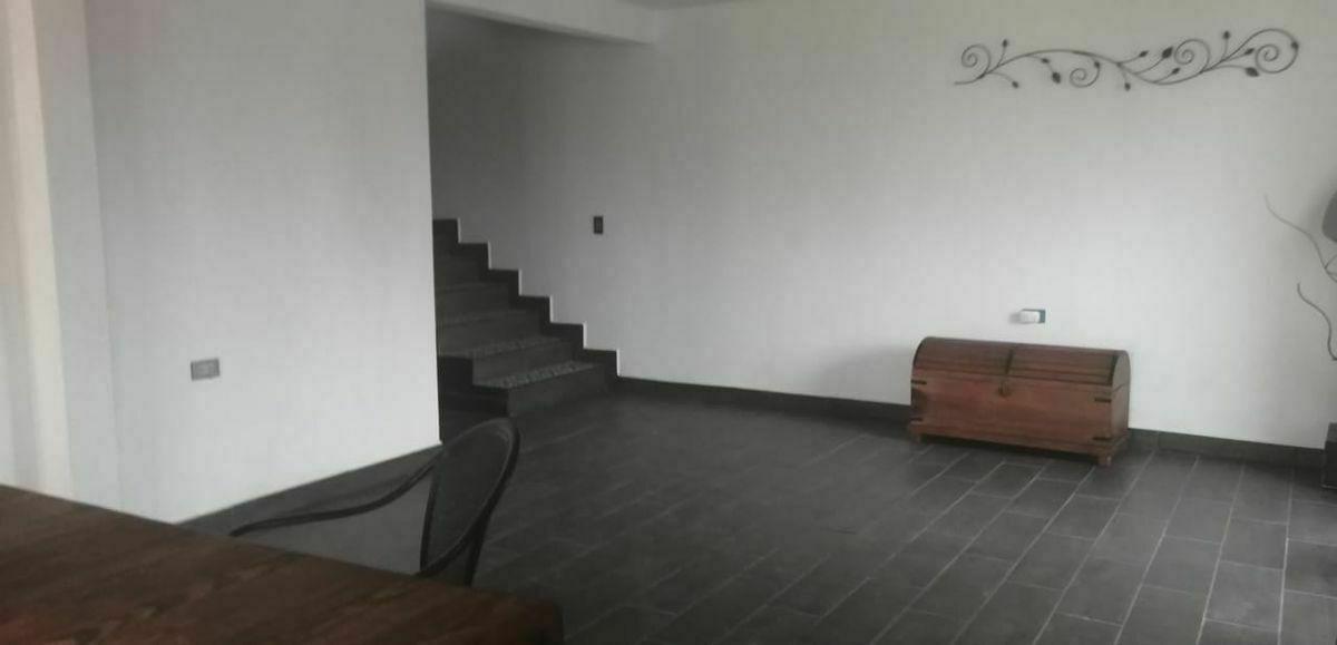 10 de 11: Escalera con acceso al segundo nivel. Pisos cerámicos.