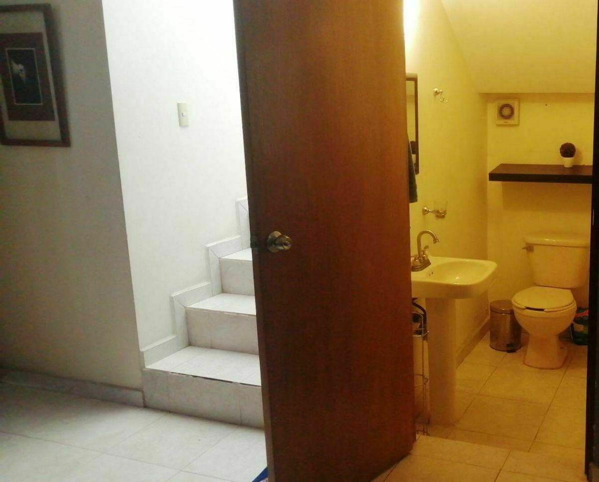 14 de 22: medio baño en planta baja aun costado escaleras 2 piso