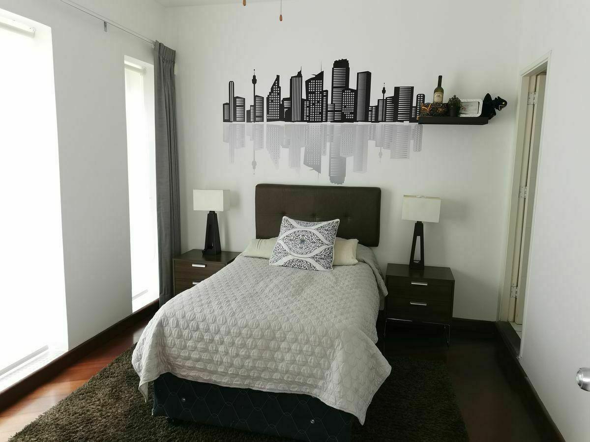 17 de 36: Dormitorio secundario con baño incorporado y walk-in closet