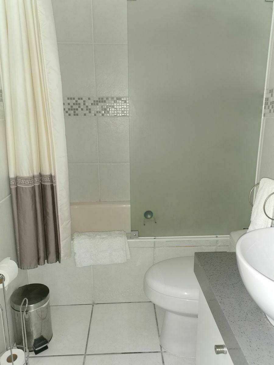 18 de 36: Baño de dormitorio secundario