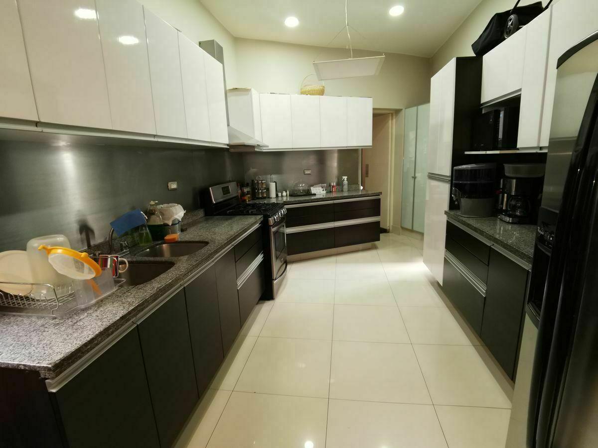21 de 36: Cocina moderna con buenos espacios para guardar