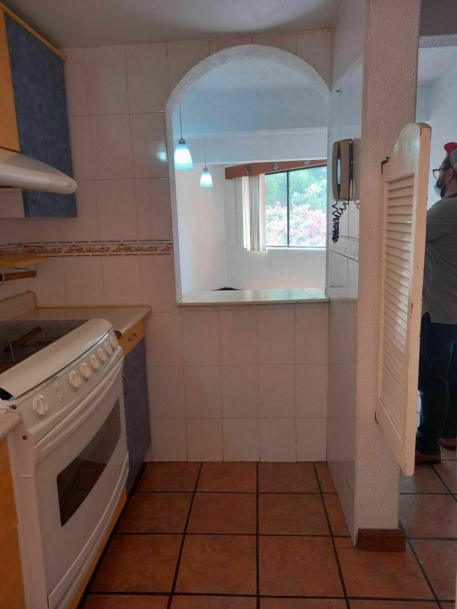 16 de 22: Vista desde la Cocineta hacia Sala-comedor. Barra abierta